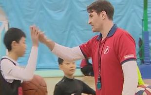 老外定居北京四年 专注儿童篮球教育