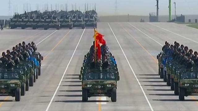 正正之旗堂堂之阵 受阅部队最前端的护旗方队