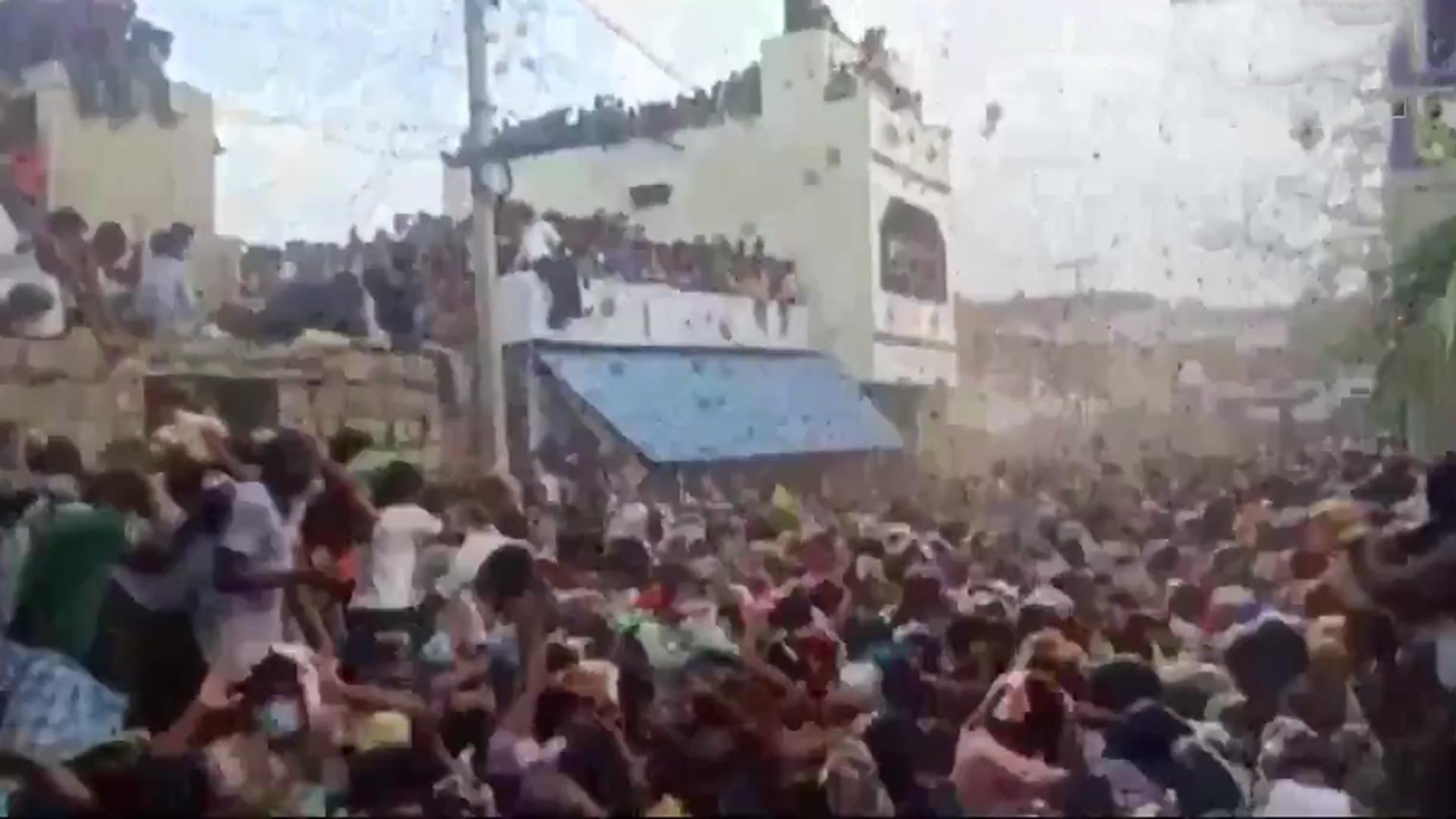 印度上千村民互扔牛粪送祝福,现场粪便满天飞乱作一团!