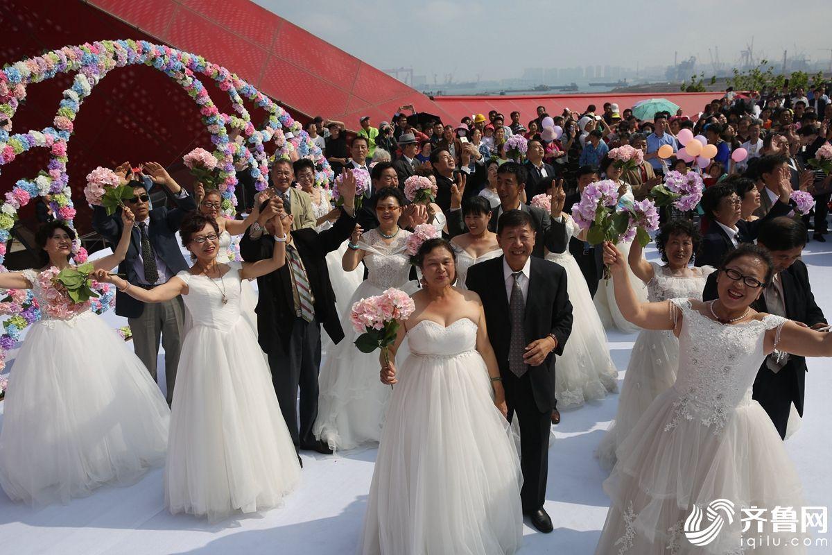 青岛:子女为老人集体补办婚礼