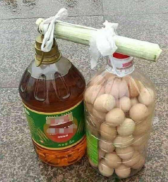 请问鸡蛋是怎样装进塑料油桶的 【图文转载】