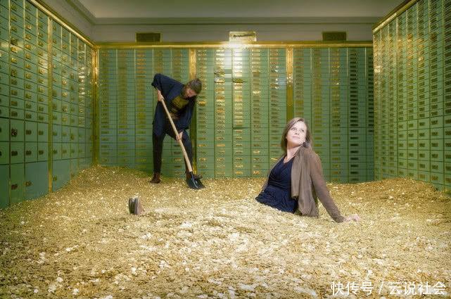 女子花35万买下破旧房子,打扫房间发现保险箱,收获意外惊喜