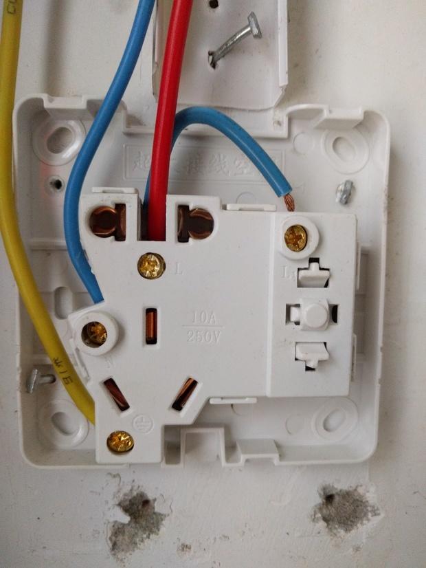 五孔一开关(开关控制灯),墙面给留了3根线,一红一蓝一