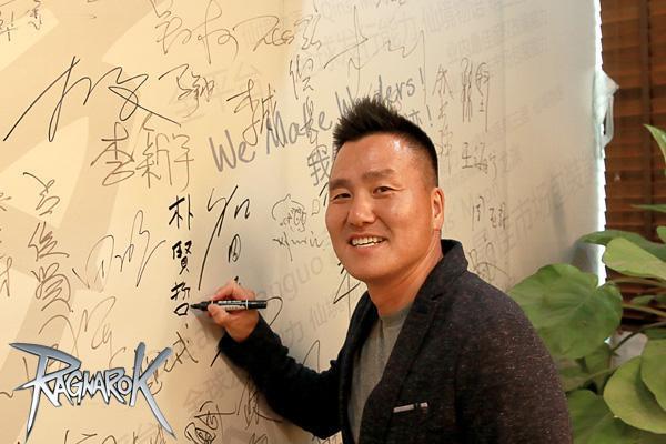 Gravity CEO朴贤哲在骏梦名人墙上签字