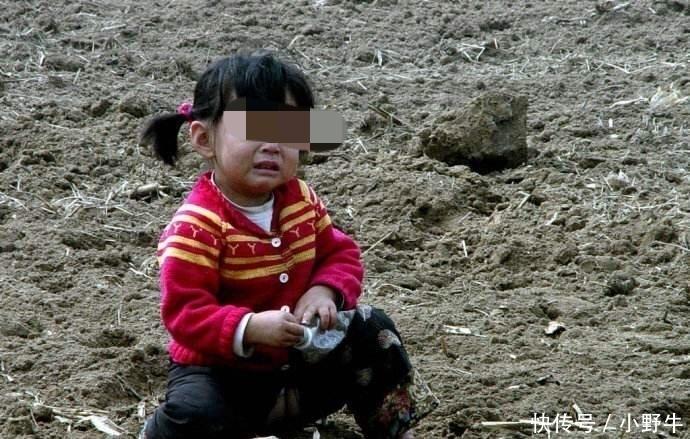 文盲母亲收养哑巴弃婴,打工供她看病读书,出嫁才知她身份不一般