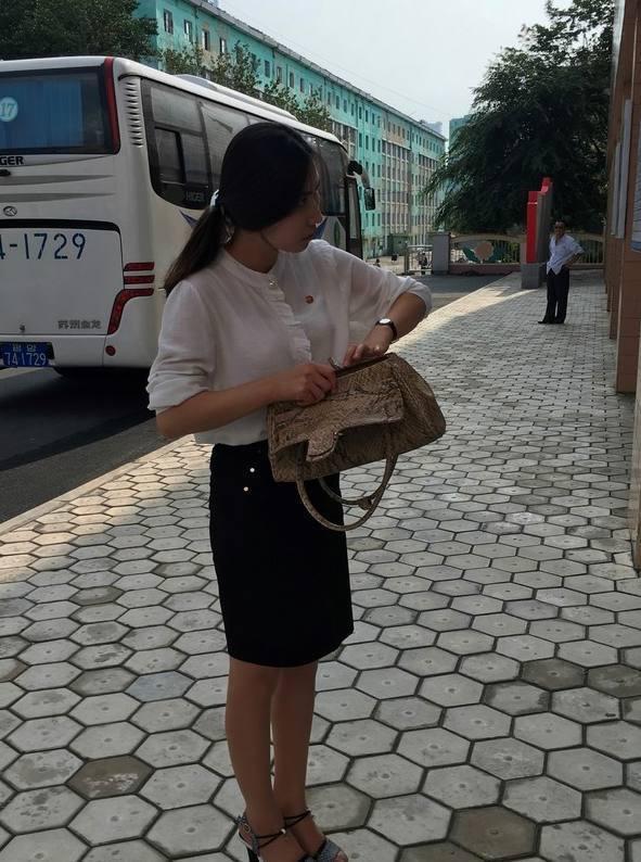 平壤丝袜真没那么保守,朝鲜姑娘美女短裙随处泵情趣抽吸图片