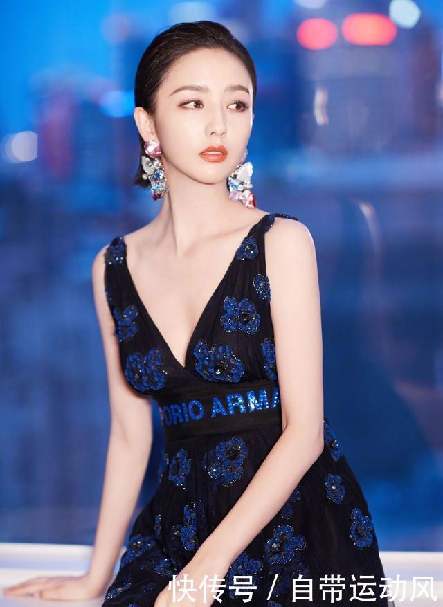 35岁佟丽娅穿大V领吊带裙性感大解放,重回少女巅峰!