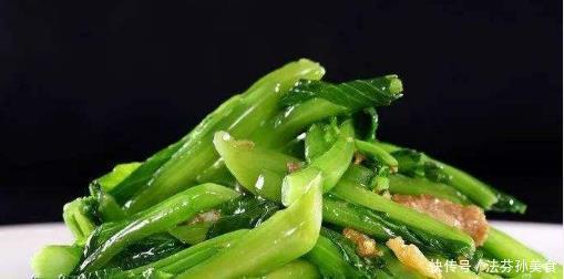"""炒青菜时,别急着把它下锅,多做""""一步"""",青菜翠绿又爽脆"""