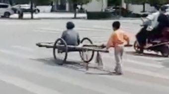 6岁孩子推车送妈妈看病