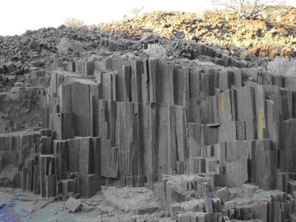结构构造发生不同程度的变化而形成的岩石