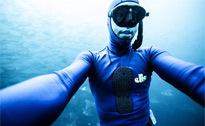 墨西哥潜水员深海与魔鬼鱼玩自拍