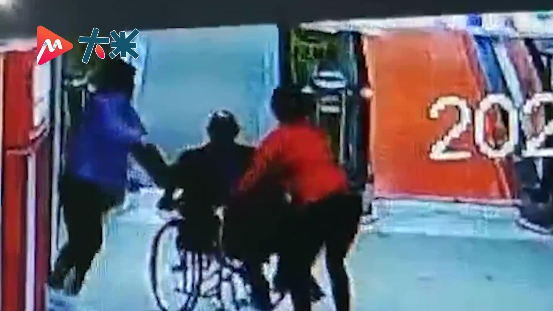 女子用身体挡住失控轮椅 被撞得趴跪在地仍不松手