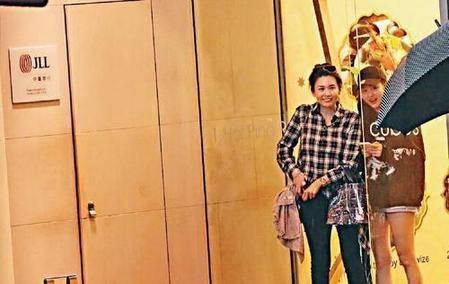 50岁的邱淑贞与大女儿沈月夜游铜锣湾,有说有笑神似姐妹花