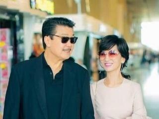 赵雅芝简直被老公宠成了小公主,走哪都被老公牵手,网友:这就是爱!