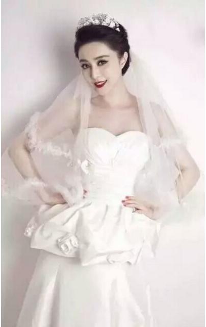 这深粉色婚纱造型很减龄,韩式盘发很显甜美感,一抹红唇更是俏皮可爱.