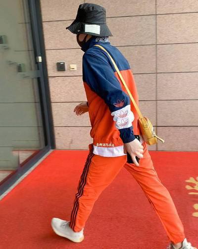 26岁邓伦真潮,一身橙色运动装活力满满,少年感十足