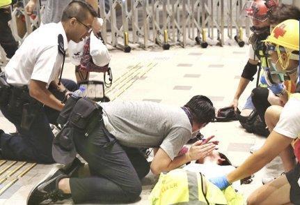 被示威者围堵烧衣抗议香港阿sir再出警署只为救人