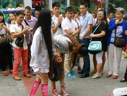 女同性恋现场求婚 下跪女生:月薪7千只留500 - 周公乐 - xinhua8848 的博客