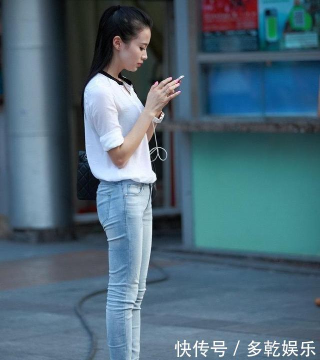 街拍美女穿白衬衫配牛仔裤,如莲花一样纯洁,是美女UC图片