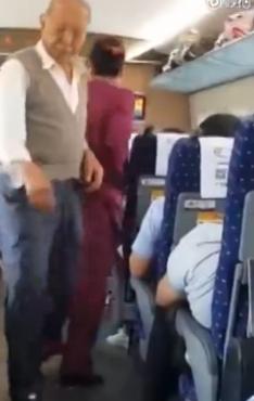 老人高铁嗑瓜子 被劝阻后起身将瓜子扔向整节车厢 -  - 真光 的博客