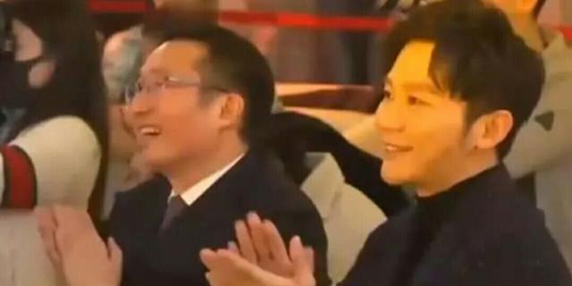 范丞丞李晨同出席颁奖典礼还击掌庆祝,频繁互动疑打破不实传言?