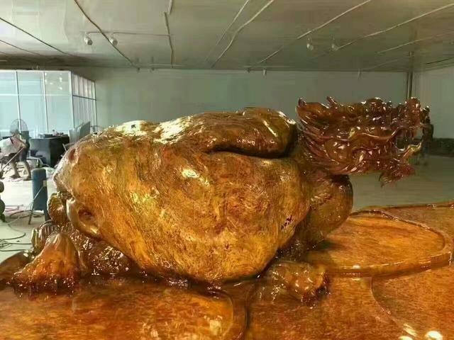 活久见!桂林根雕市场惊现7米长的超大号缅甸黄金樟茶桌