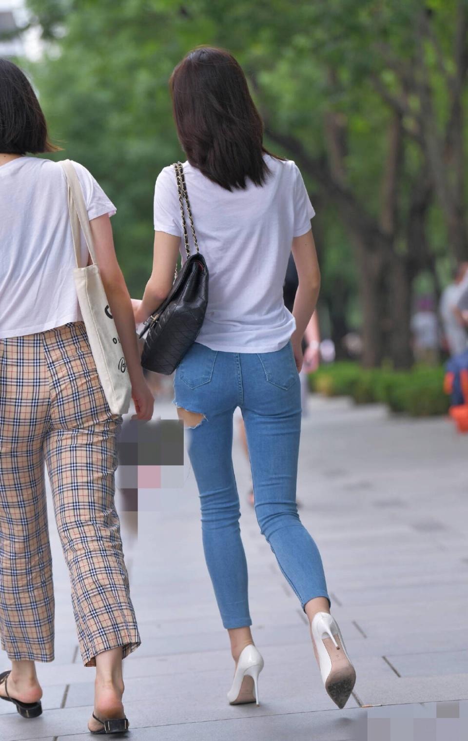 街拍:小姐姐感觉牛仔裤开个紧身,是为了散热缝隙sm什么还是情趣内衣图片