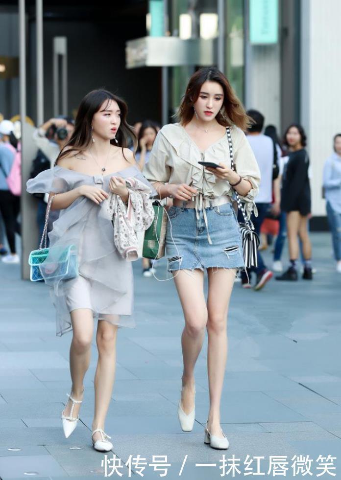 街拍:高颜值小姐姐,连衣裙妙趣横生,真是不错