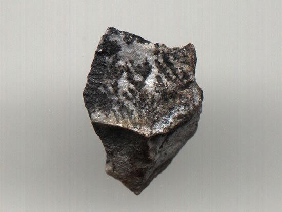晶体属四方晶系金红石型结构