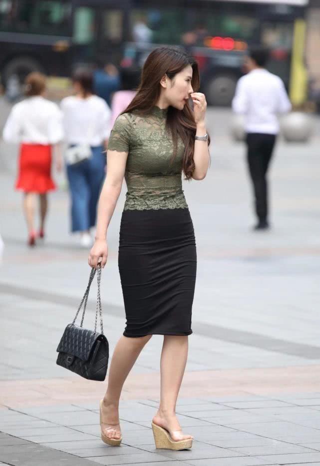 街拍,气质裙轻熟图片美女a气质,真叫人心动紧身走路知性美女图片