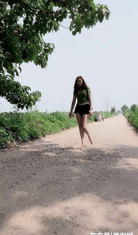 <b>乡下穿着短裤的美女悠闲散步,简单却能穿出不一样的美</b>