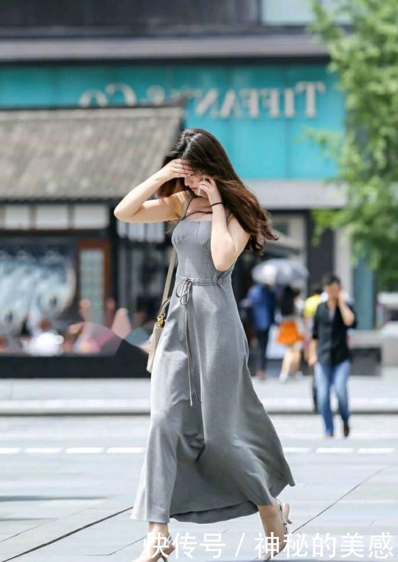 路人街拍,身材高挑的小姐姐穿一件红色紧身长裙,穿出了独特风格