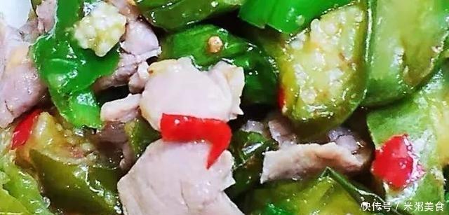 青茄青椒炒肉片味道鲜美 是一道配色清爽的家常菜 烧起来也非常简单