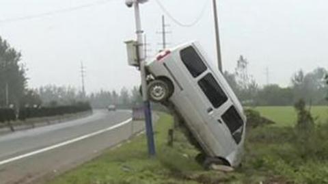 面包车离奇骑上监控杆,司机是这么解释的