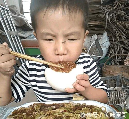 孩子在幼儿园老喊饿, 当老师看到他在家吃饭的