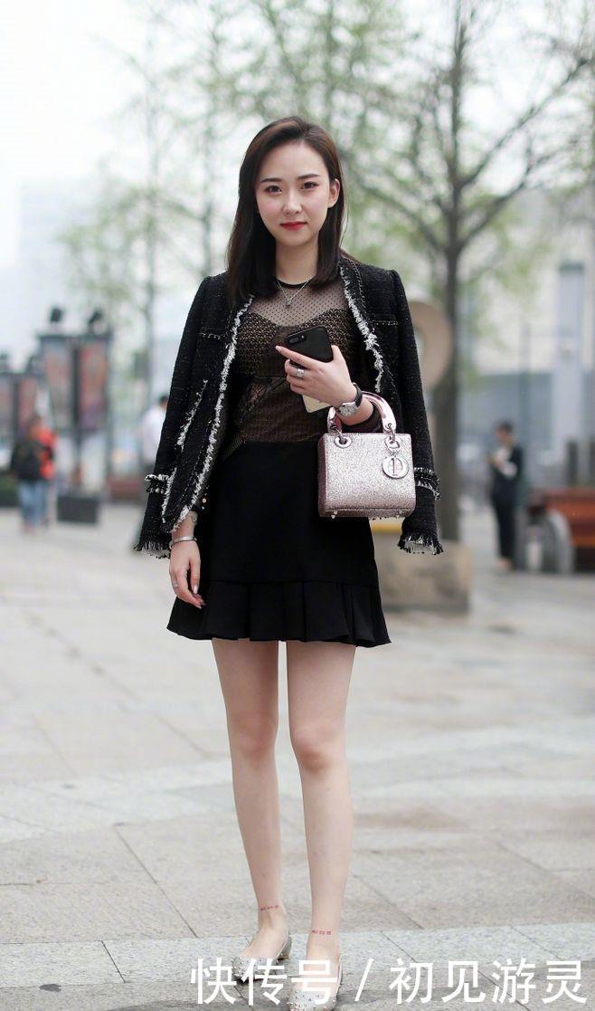 街拍:太子穿白色T恤配短裙,升职曼妙性感,气质记展现张天爱美女妃身姿图片