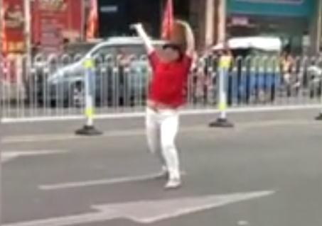 【转】北京时间     被摩的骗100块 女子当场失控跳广场舞 - 妙康居士 - 妙康居士~晴樵雪读的博客