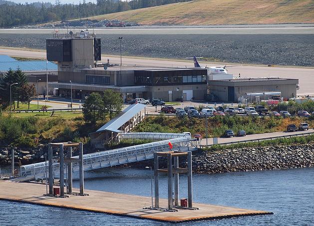该机场位于凯奇坎以西的格拉维纳岛.