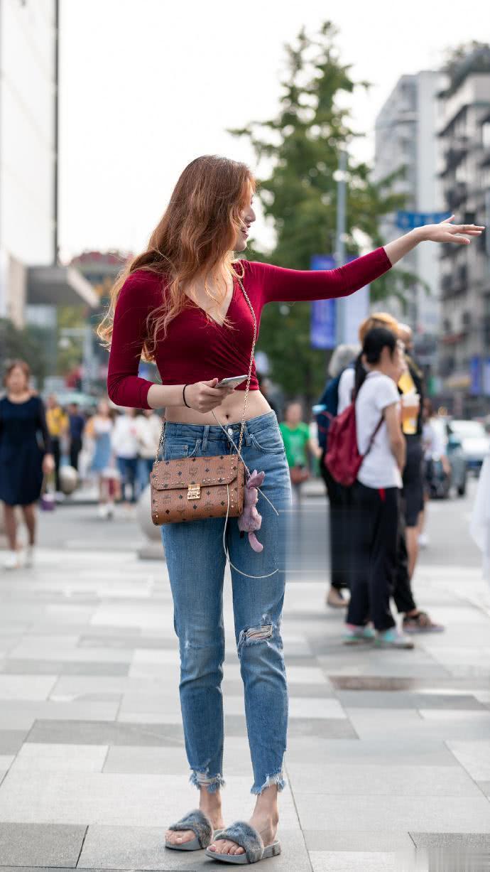 """路人街拍:小姐姐穿一件""""秀腰衣"""",搭配毛毛鞋,更时髦!"""