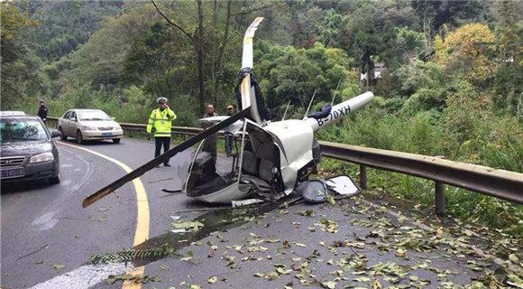 一架直升机在峨眉山景区公路坠落 机上两人轻伤
