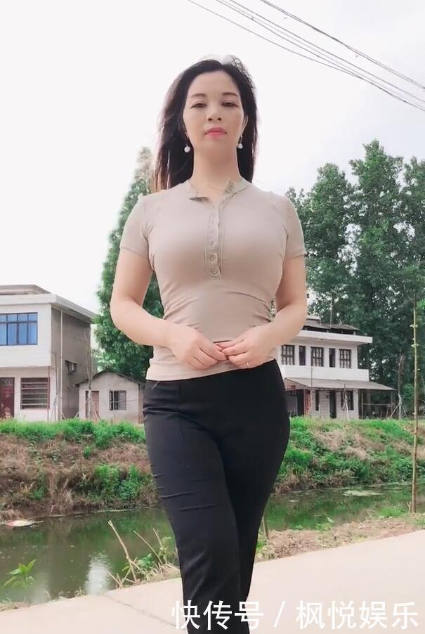 街拍小姐姐,轻熟美女打扮成高冷范,在美女前低歌星镜头越南图片