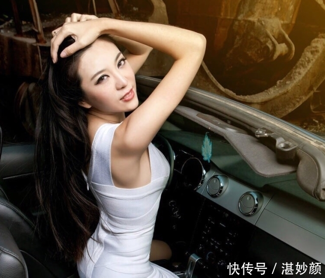 奥迪不按套路出牌,车模穿白裙惊艳四座,展现出女人的魅力感