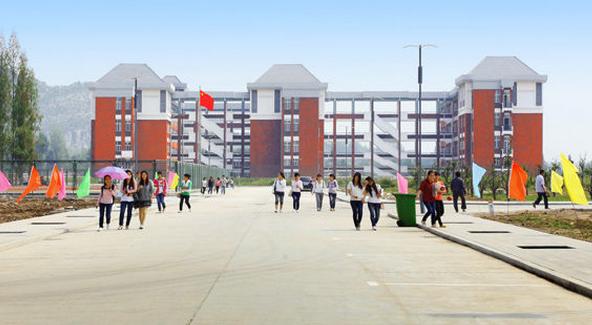 """1897年,清代安徽办学规模最大、办学时间最长的省学""""敬敷书院""""移建于安庆菱湖,揭开了安徽百年育人的序幕。 1898 年,清朝光绪皇帝谕令改为求是学堂。 1928 年,省立安徽大学在此基础上建立。 1946 年,改为国立安徽大学,时有""""于京沪一带,仅次于上海同济大学""""之誉,创造了近代安徽高等教育的辉煌。 1949年12月迁至芜湖。 1972年,经国务院批准,正式定名为安徽师范大学。 1974年,安徽师范大学建立淮北分校。 1978年12月经国务院批准,定名为淮北煤炭师范学院,隶属原煤炭工业部,面向"""