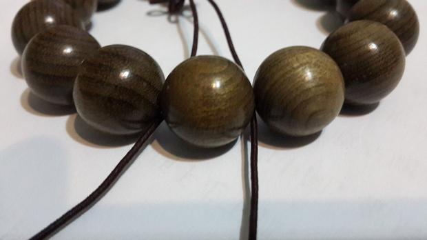 一、楠木和金丝楠木有质的区别,大凡楠木都有金丝,并非有金丝的楠木就是金丝楠木。 二、金丝楠木是楠木之中的极品,按照乾隆朝内务府的选料标准,金丝楠木必须具有以下特定内涵: 1、金丝楠必须是楠木老料,大多出自桢楠老料; 2、金丝楠质地晶莹通透,有如琥珀猫眼; 3、金丝楠金丝成色(结晶率)在百分之八十以上,在光线照耀下,璀璨多变,有步移景换、一步一景的奇幻效果。 普通楠木和金丝楠木在价格上有天壤之别,金丝楠木价格是普通楠木价格的十倍甚至百倍之多。 金丝楠木乃昔日帝王之器,价格贵比黄金。望广大木友加强识别,切不