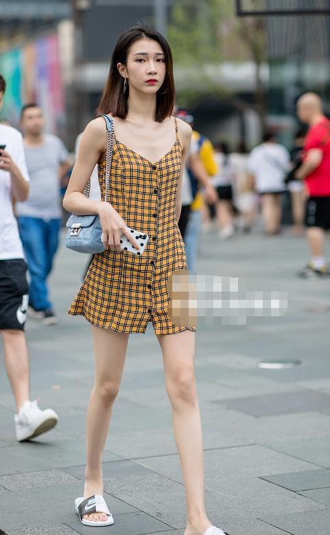 街拍:美女穿黄色格子吊带裙,显瘦又有气质,发型更显脸小!插图