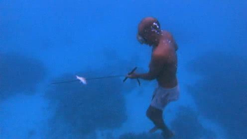 我们的侣行丨真实版荒岛求生:用汽车轮胎做弹弓,潜入海底捕鱼