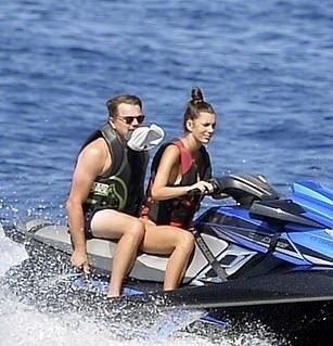 <b>小李子和女友海上玩嗨!油腻大肚腩抢镜,22岁嫩模女友照样被吸引</b>