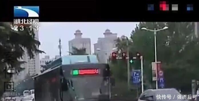 老人公交上晕倒抢救50分钟后身亡,目击者:他扇了小伙子两耳光