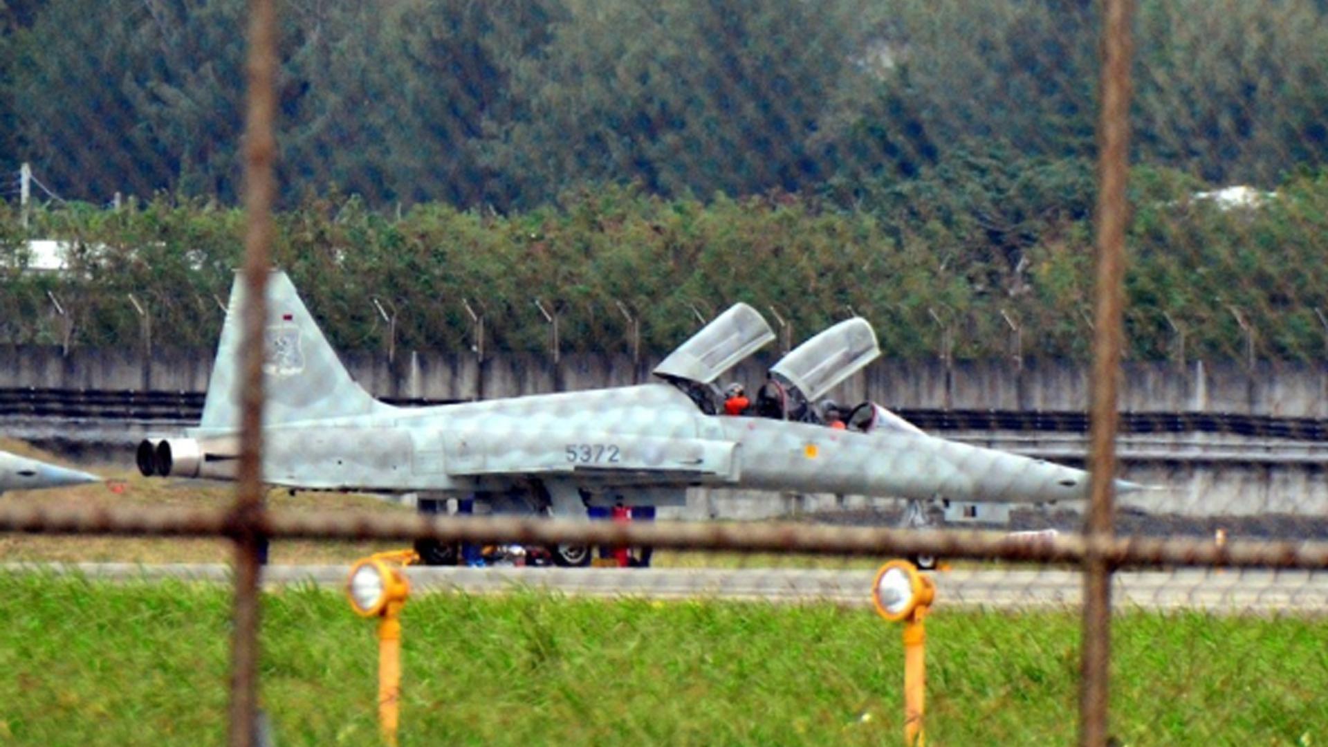 """解放军大批战机巡飞台湾岛 台军真能""""摧毁""""得了?"""