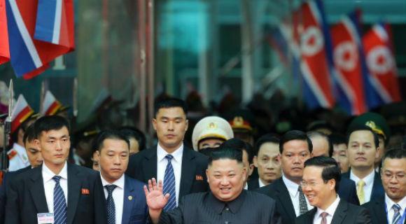 金正恩乘专列抵达越南 向民众挥手致意
